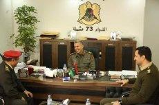 خالد حفتر (يمين) وهو يحمل رتبة مقدم